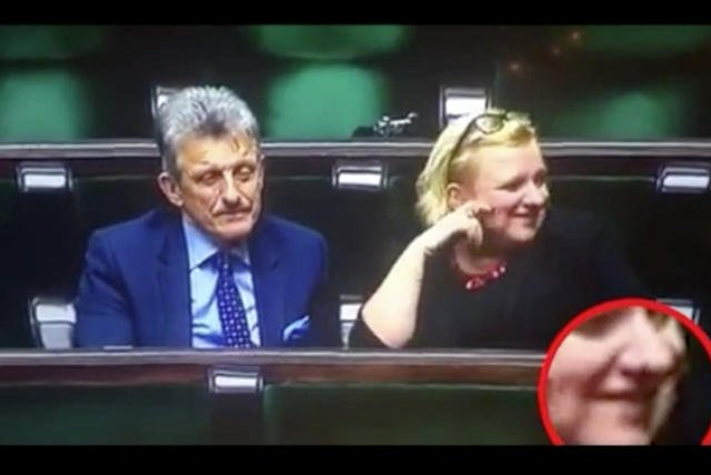 Szczególną uwagę podczas prac sejmu przyciągnęli: Beata Kempa i Stanisław Piotrowicz. Politycy PiS wyglądali na wyraźnie rozbawionych, a internauci nie zostawili na nich suchej nitki.