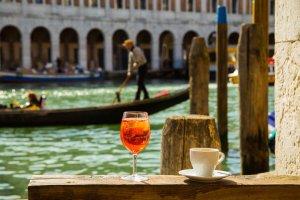 Zdjęcie na wskroś włoskie. Wenecja, Spritz i kawa.