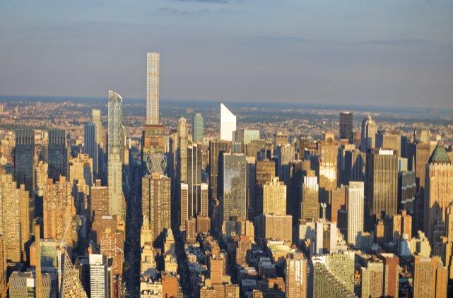 Budynki w okolicy Central Parku, w tym One57 i pośrodku 432 Park Ave, wieżowce mieszkalne dla 1% najbogatszych.