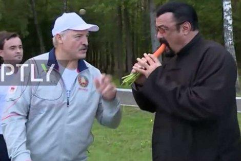 Aktor Steven Seagal został nakarmiony marchewką przez prezydenta Białorusi Aleksandra Łukaszenkę.
