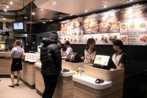 Czy już niedługo klienci w Polsce będą jedli hamburgery przygotowywane ze świeżego mięsa? Na razie do kanapek trafiają mrożonki.