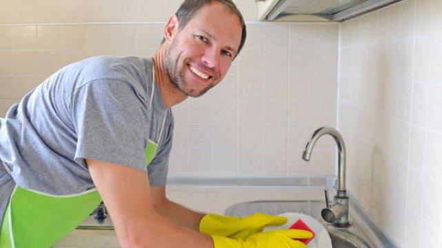 Czy mężczyzna który zmywa, sprząta, zmienia pieluchy i przejmuje kobiece role w domu może pociągać?