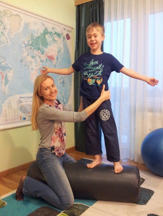 Paweł codziennie ćwiczy, żeby opóźnić postęp choroby. Na zdjęciu z mamą Anną Kalicką-Nycz