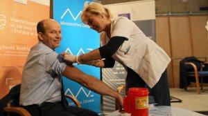 Minister zdrowia Konstanty Radziwiłł publicznie zaszczepił sie przeciwko grypie.