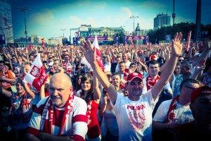 Najnowsza moda w polskim biznesie – owinąć się w biało-czerwoną flagę i czekać na pieniądze konsumentów.