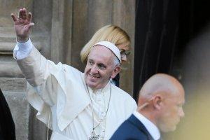 Gesty papieża Franciszka świadczą o jego pontyfikacie. Z samolotu przesiadł się do zwykłego golfa. A wkrótce auto zostanie wystawione na aukcje. Pieniądze z akcji przeznaczone są na zakup specjalnych karetek, które trafią do Syrii.