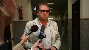 Krzysztof Rutkowski (2007 r.) w jeszcze z nieopracowaną fryzurą zeznawał w sprawie szantażowania Edyty Górniak.