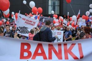 Demonstracja Frankowiczów pokazywała ich bezradność, jednak teraz do akcji wkroczyli dobrze opłacani specjaliści.