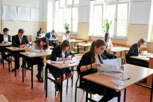 Gimnazjaliści piszą egzaminy i komentują zdawanie ich na Twitterze