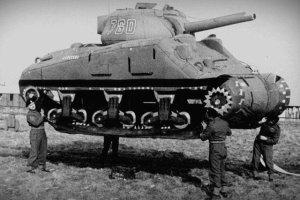Makiety czołgów na polu bitwy? Tak. To autentyczna strategia Amerykanów w Normandii.