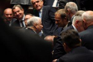 Jarosław Kaczyński i Donald Tusk. Znajdź 10 szczegółów, którymi się różnią.