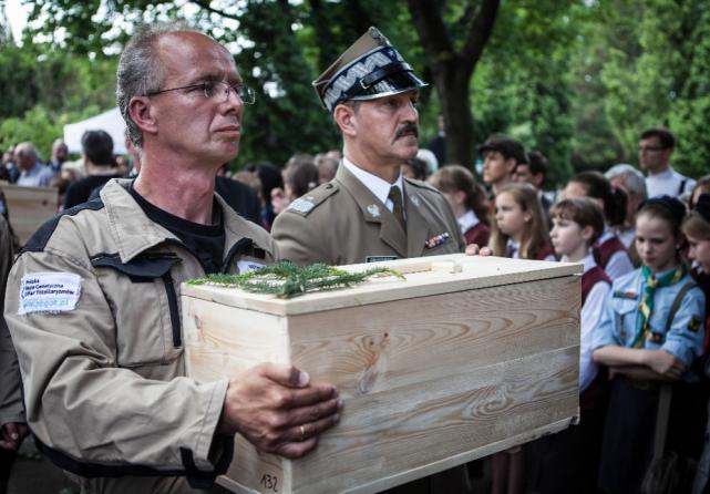 Prof. Szwagrzyk podczas ceremonii odprowadzenia szczątków odkopanych na Powązkach Wojskowych.