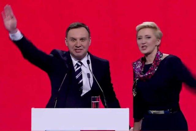 Internauci dopatrują się heilowania w geście Andrzeja Dudy.