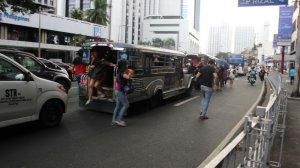 Ludzie wysiadający z jeepneya na ulicy Manili