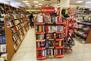 Sieciowe księgarnie zamieniły się w hipermarkety. Tak samo traktują książki, sprzedając je niczym serki czy kiełbasy. Niszczą tym samym i tak kiepskie w Polsce czytelnictwo.