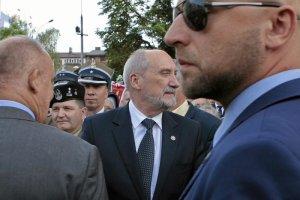 """""""GW"""" ujawnia niejasny biznes Macierewicza i jego kontakty ze współpracownikiem SB. Minister obrony wydał oświadczenie"""
