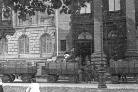 Miesiąc przed Powstaniem Warszawskim: Niemcy ładują ciężarówki dziełami sztuki z budynku Zachęty na Placu Małachowskiego 3