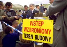 Minister sprawiedliwości Lech Kaczyński na miejscu ekshumacji w Jedwabnem, 4 VI 2001.