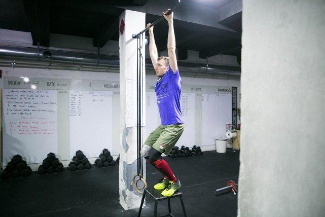 Jumping pull ups, czyli podciągnięcia z podskoku. 8 w rundzie