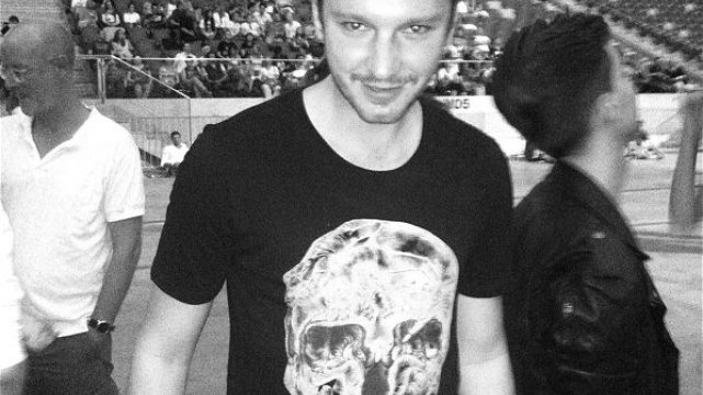 Mikołaj Komar w koszulce Alexandra McQueena