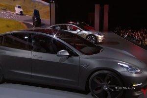 Po luksusowych gadżetach za 100 tys. dolarów Tesla prezentuje auto, które wjedzie do garażu klasy średniej.