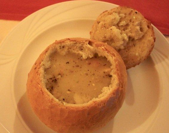 """Żurek w chlebie to specjalność restauracji """"Pod Ciżemką"""" przy sandomierskim rynku."""