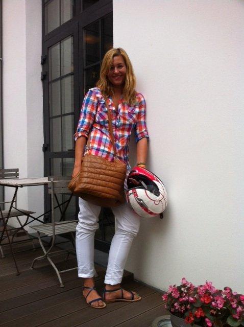 Beata Sadowska z jedną ze swoich torebek marki Zouza Bags