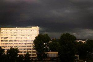 Gwałtowne burze nad Warszawą. Przewrócone drzewa, podtopienia i utrudnienia na Okęciu