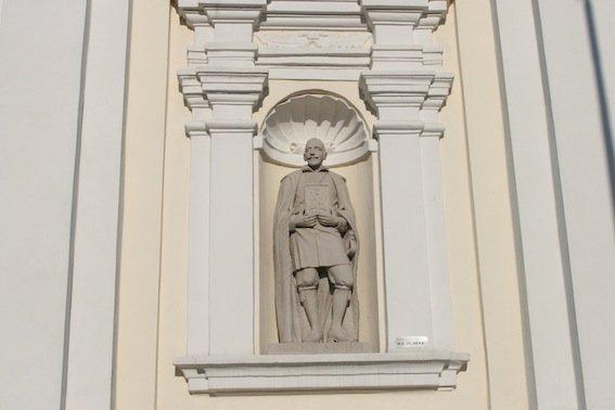 Nisze w fasadach kościołów zazwyczaj kryją postaci świętych patronów lub przynajmniej ewangelistów. Tu ich miejsca zajęli lokalni magnaci.