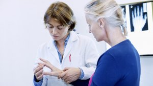 Choroba na początku atakuje małe stawy np. dłoni.  Fot. Image Point Fr / Shutterstock