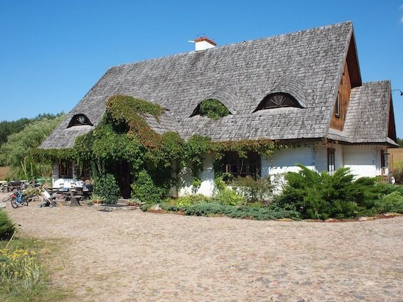 Bielona chata szlachty zaściankowej z poł. XIX w. z dużą jadalnią i siedmioma pokojami gościnnymi. To właśnie w tym domu najchętniej mieszka Charlie Watts z rodziną, kiedy przyjeżdża na aukcje w Janowie.