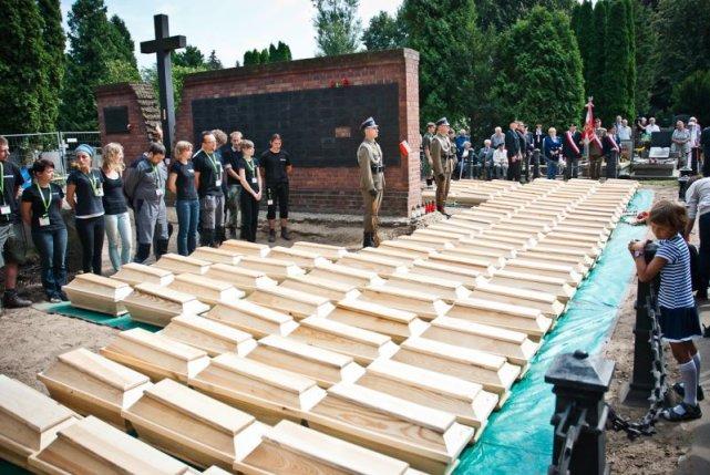 Uroczystość odprowadzenia szczątków wydobytych w pierwszy etapie prac poszukiwawczych na Powązkach Wojskowych.