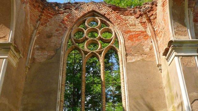 Ruiny kościoła p.w. Św. Antoniego w Jałówce.