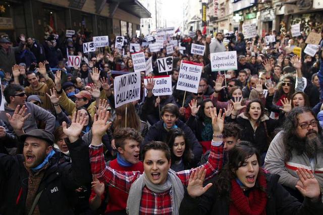 Hiszpanie protestują przeciwko zakazowi protestowania.