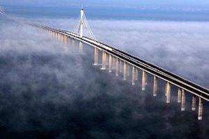 Najdłuższy most na świecie znajduje się w Chinach. Ma 42 km długości