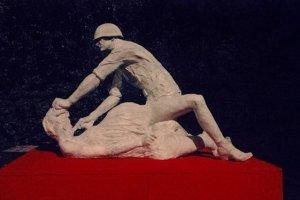 Rzeźba przedstawiająca ciężarną kobietę gwałconą przez sowieckiego żołnierza, Gdańsk 2013, autor: Jerzy Bohdan Szumczyk.
