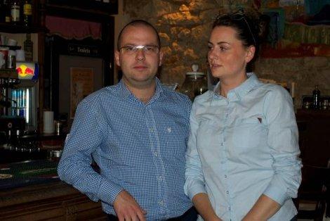 Bartłomiej Smok z żoną w pracy. Słodko-Gorzki Dom Kawiarniano – Barowy