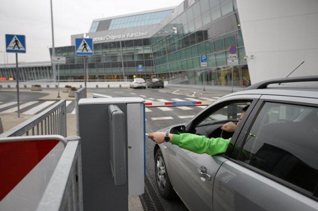 Strefa Kiss&Fly na warszawskim lotnisku.