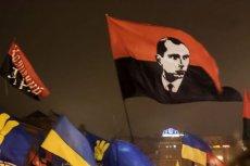 Flaga z wizerunkiem Stepana Bandery na marszu ukraińskich nacjonalistów