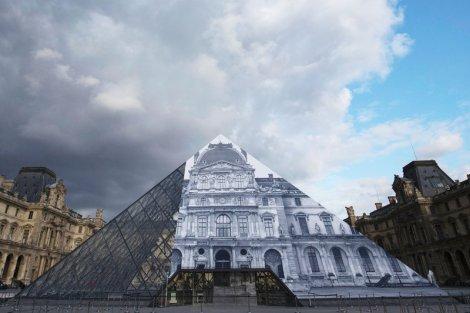 Fotograf posługujący się pseudonimem JR sprawił, że piramida przed paryskim Luwrem zniknęła. Wszystko za sprawą jednej z technik złudzenia optycznego