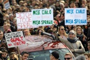 84 proc. Polaków dopuszcza aborcję, jeśli ciąża zagraża życiu matki.