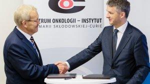 Podpisanie umowy. Od lewej: prof. Jan Walewski, dyrektor COI oraz  Wiktor Janicki, dyrektor generalny Roche Polska