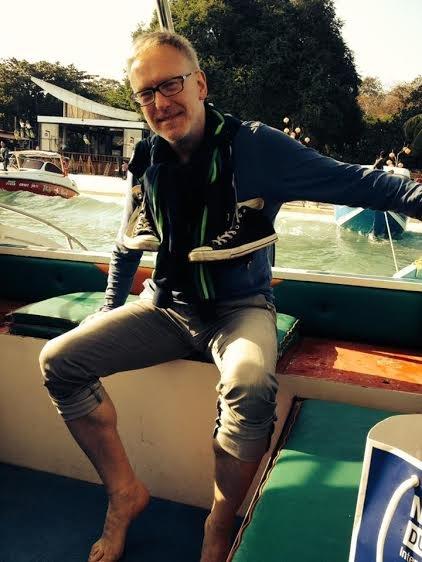 Na wakacjach po przygotowaniu antologii. Autor właśnie ma zejść z łodzi na Morzu Południowochińskim. Fot. Julianna Jonek