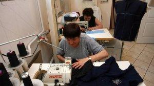 W Polsce często przerabiamy ubrania, u krawcowej albo w domu.