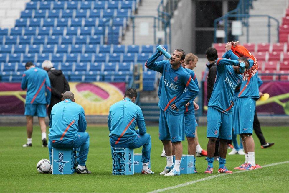 Holendrzy (na stadionie im. Henryka Reymana Wisły Kraków przy Reymonta) odpoczywają po treningu.