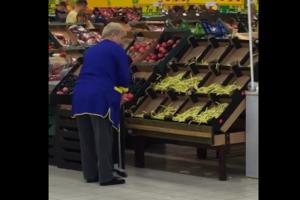 Sprzątaczka zmiatająca fasolkę w sklepie jest hitem sieci