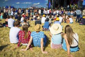 Na festiwalach muzycznych spotykają przedstawiciele różnych grup i podejść do muzyki i zabawy.