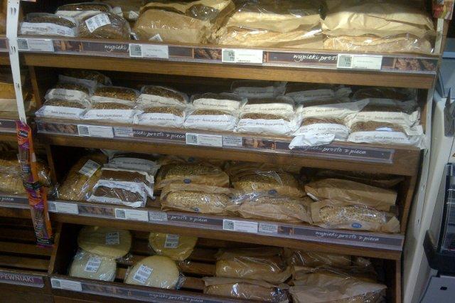 Świeże pieczywo prosto z pieca w Biedronce i Lidlu? Tak naprawdę to mrożona masa, która pół roku leży w magazynach