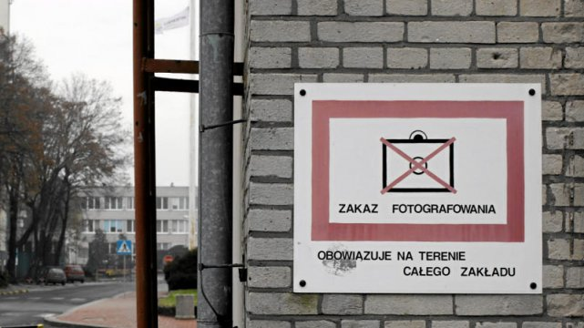 Czy to możliwe, by zakazane było robienie zdjęć na własny użytek na dworcu, a więc w miejscu publicznym? Oficjalnie zakazu nie ma, ale nieoficjalnie - jak najbardziej. I przekonał się o tym już nie jeden turysta. Problem tkwi w regulaminie PKP, który stanowi, że bez zgody fotografować nie wolno. Sokiści podobno tego pilnują.