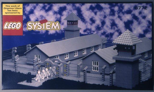 """Zbigniew Libera, """"Lego. Obóz koncentracyjny"""", 1996, pudełko z klockami Lego"""
